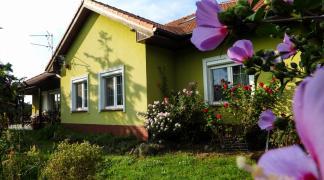 Do sprzedania parterowy dom jednorodzinny 176 m2 na działce 2800 m2 z pięknie urządzonym ogrodem w Wojnowicach gmina Czernica